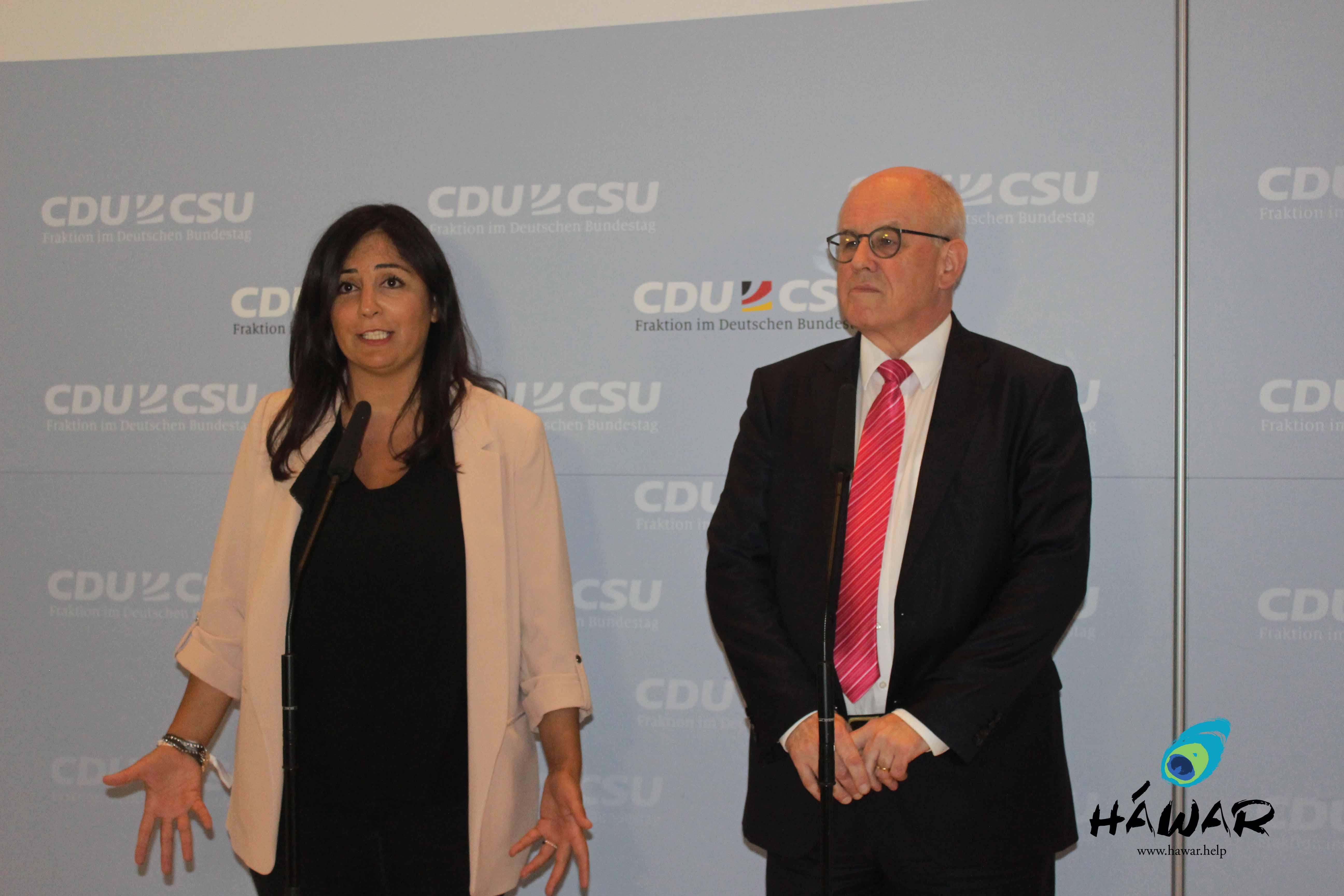Die Gründerin und Vorsitzende von HAWAR.help e.V. Düzen Tekkal, Vorsitzender der CDU/CSU-Bundestagsfraktion Volker Kauder