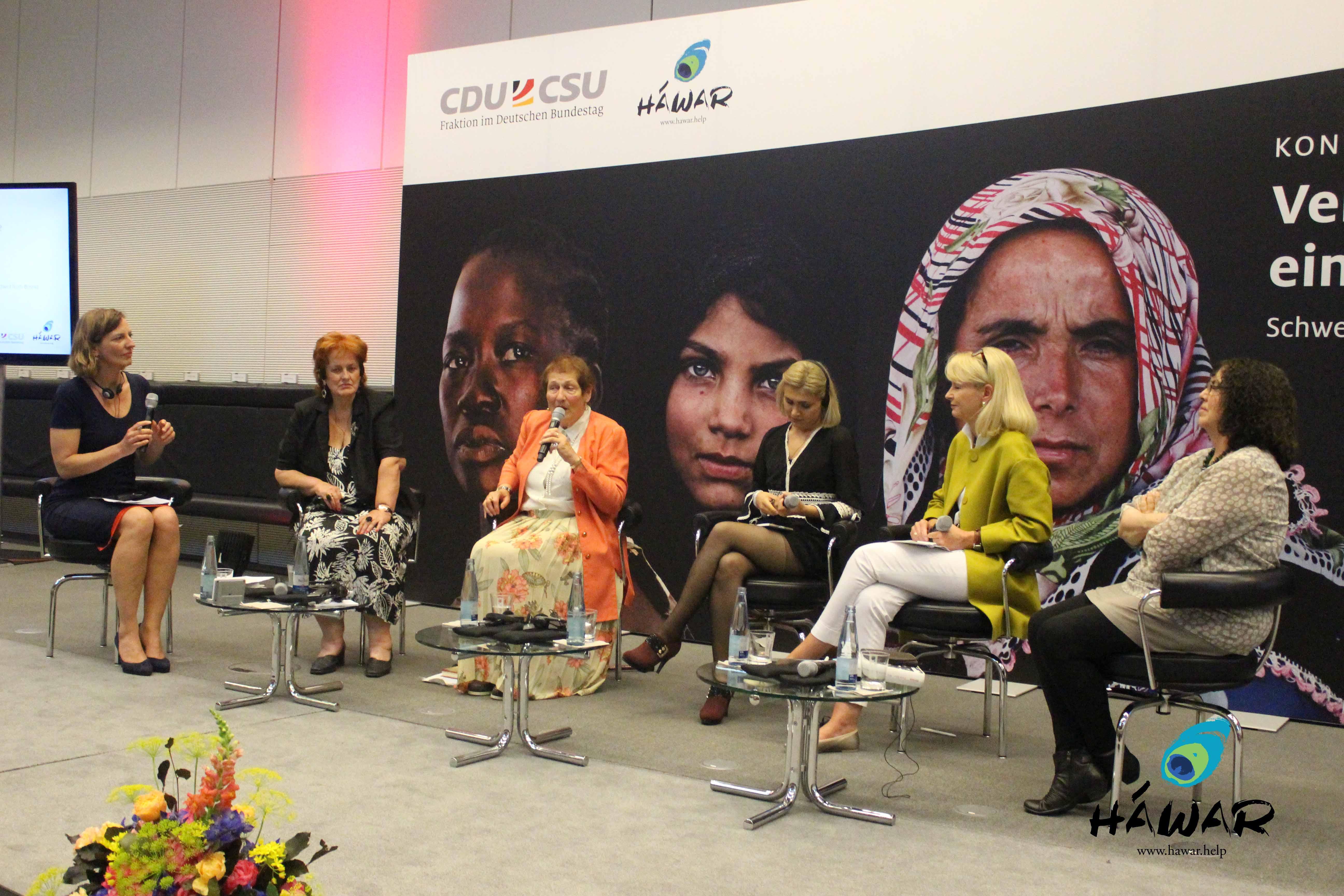 Moderatorin Tanja Samrotzki, Muslimin aus Bosnien Nusreta Sivac, Holocaust-Überlebende Ruth Barnett, Jesidin und IS- Überlebende Salwa Rasho, Vorsitzende der Gruppe der Frauen der CDU/CSU-Bundestagsfraktion Karin Maag MdB, Autorin Freya Klier