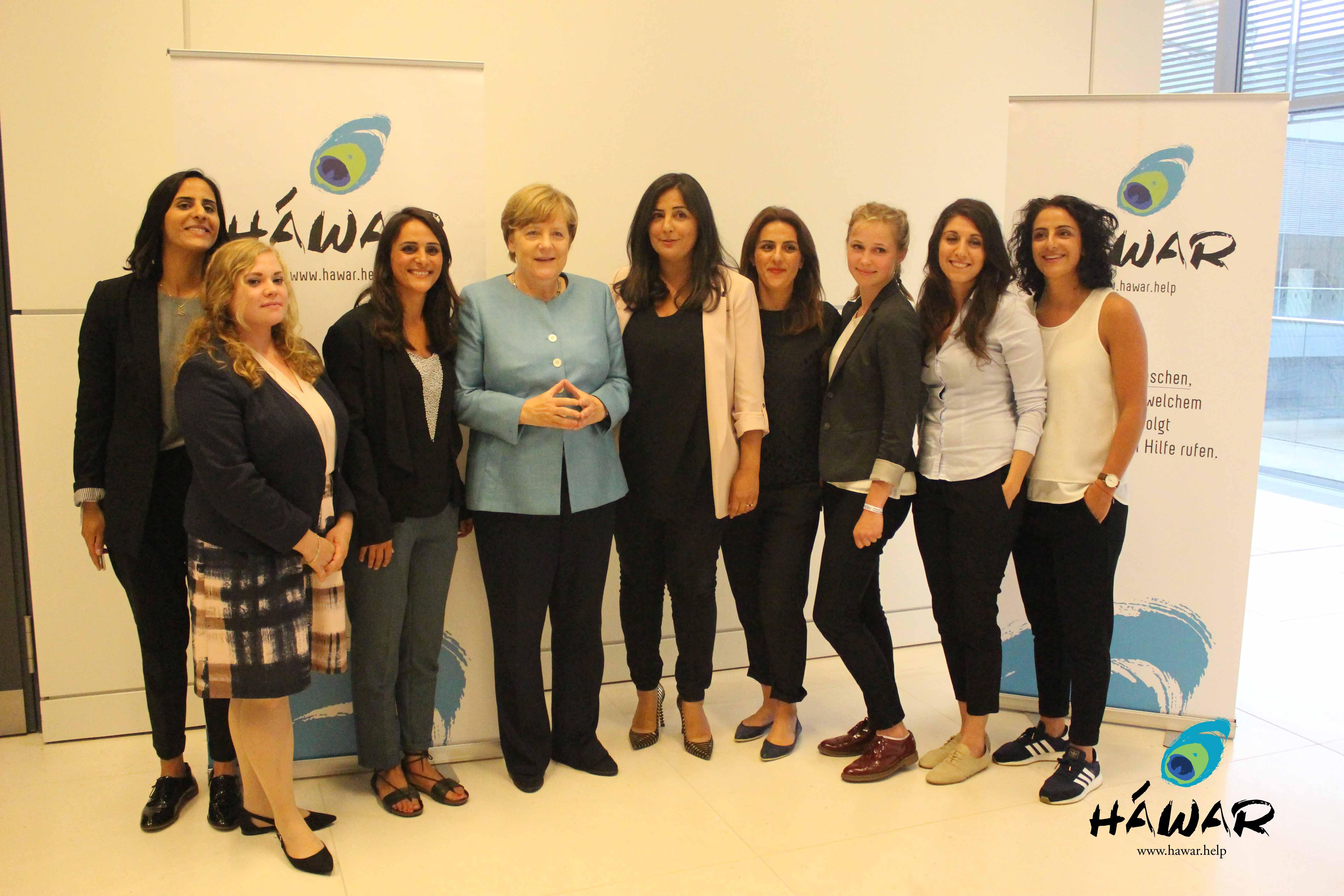 Bundeskanzlerin Dr. Angela Merkel gemeinsam mit der Menschenrechtsorganisation HAWAR.help e.V.