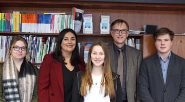 Düzen Tekkal mit Karl-Heinz Pasing, Fachbereichsleiter der Volkshochschule Gelderland und Schülern.