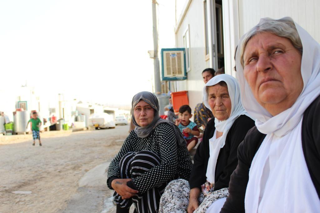 Jesidische Frauen aus Kocho; bis heute leben sie im einem Binnenflüchtlingslager in Nordirak.